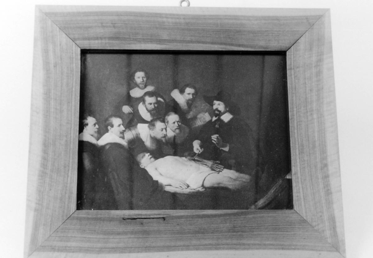 Rektangulær ramme i bjerkefiner. Gruppeportrett, dissekering av lik, lege og 7  tilskuere. Motiv: professor Tulps anatomi ( 1632)