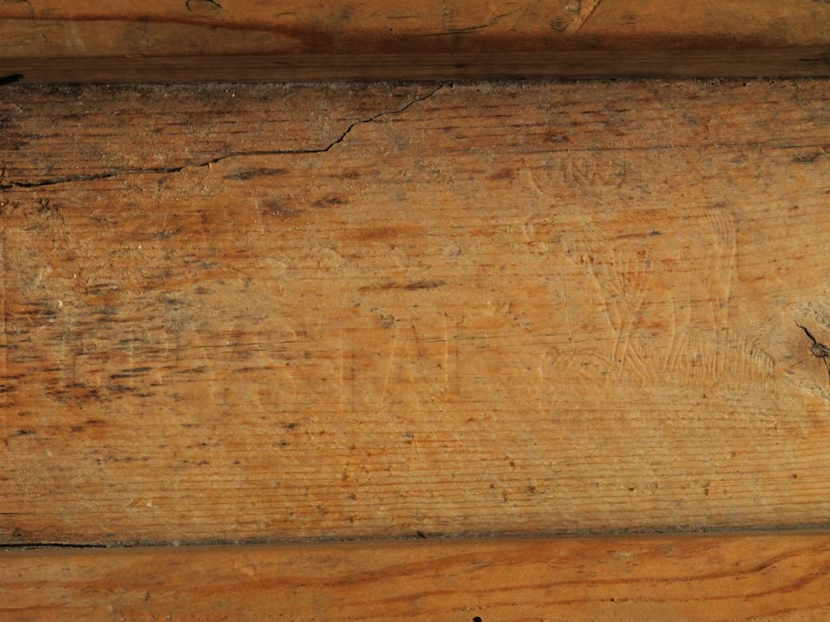 Vaskebrett,  av tre og glass. Firkantet ramme med forlengede lengdestykker  til ben, i øvre del rom for sepe. Glass forside  med horisontale riller.  Typen var i bruk til vaskemaskinene  slo igjennom i 1950 -årene,
