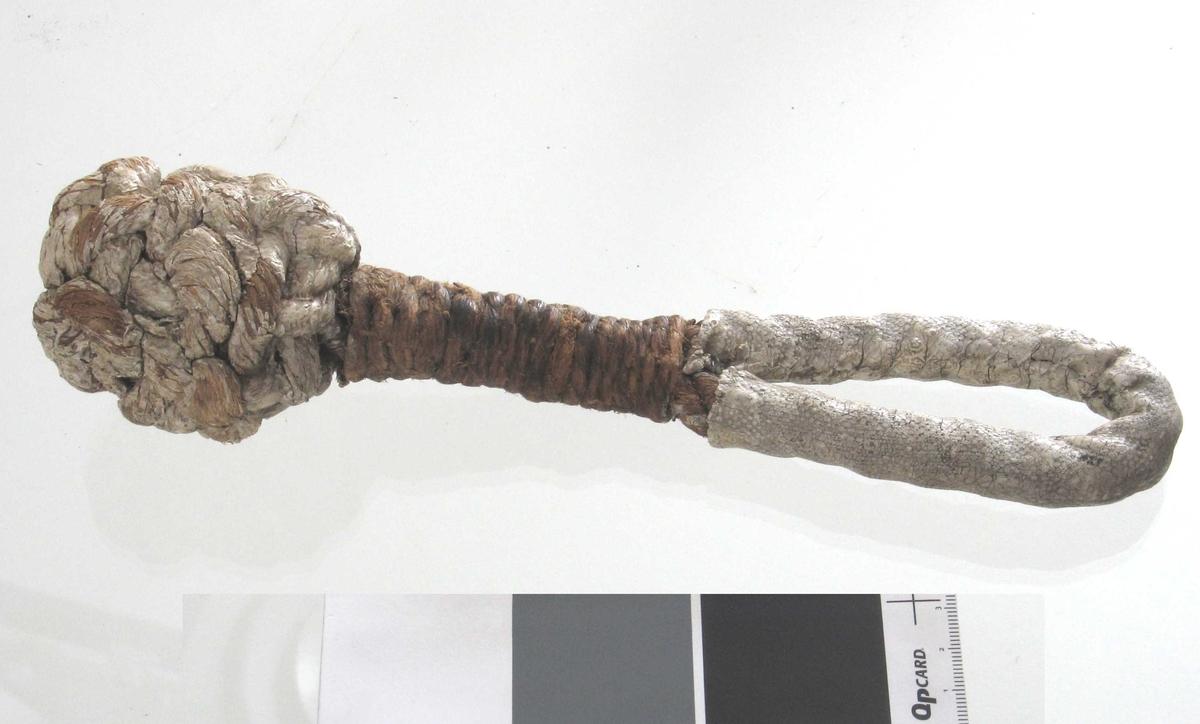 Tyrkerknop,  hvitmalt  med tamp som ender i løkkehåndtak. Håndtaket er  omviklet med hvitmalt seilduk.