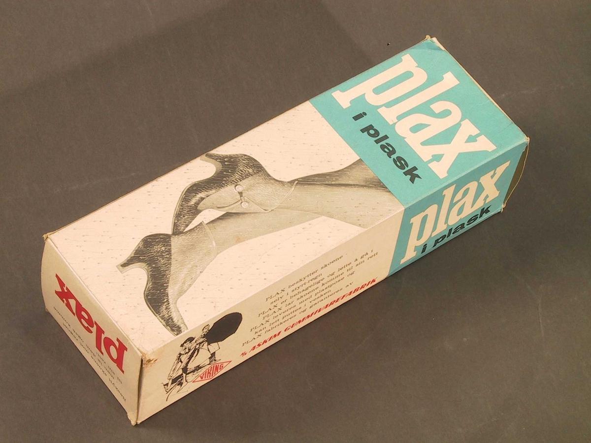 """gjennomsiktige kalosjer med høy hæl, hempe foran, knott på siden  til å feste hempa i.   4 VIKING Made i Norway. Emballasje. Plax i plask.  Bilde. """"Plax beskytter skoene selv i styrtregn, PLAX er  behagelig og lett å gå i. PLAX lar skoene komme til sin rett.  PLAX leveres med plastpose og kan lett puttes i vesken. PLAX  fabrikeres og garanteres av VIKING A/S Askim gummivarefabrikk. Tilst. Ubrukte, i originalemballasje."""