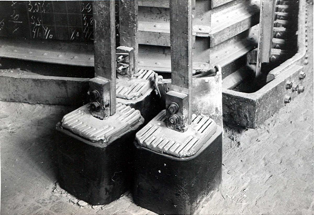 Nitriden. Ferdige elektrodekull stående ved siden av smelteovn.