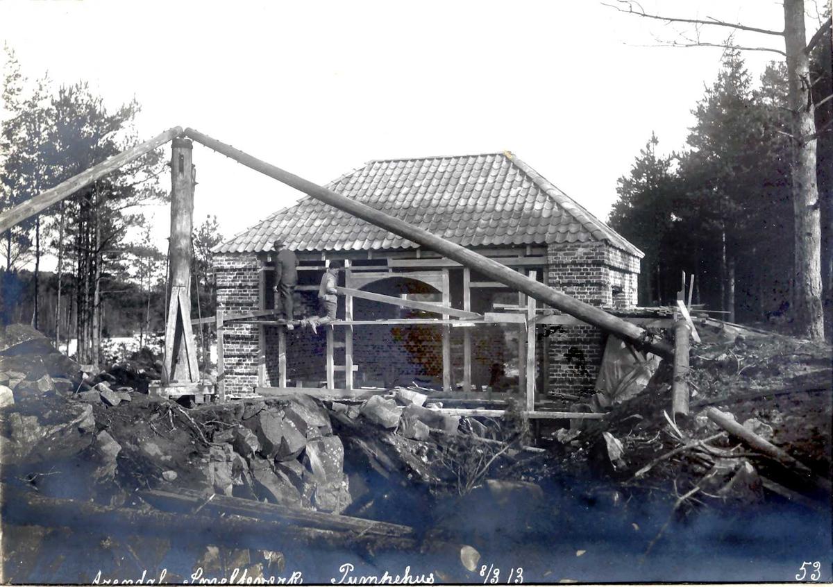 """""""08/03-1913"""" Eydehavn. Nitriden. Smelteverket, pumpehus ved Stemtjern. Kraftig heisanordning (stubbebryter). Basseng i forkant."""