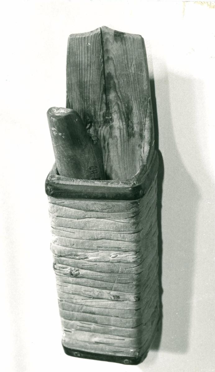 Koppen har firkantet snitt, uthulet av en stokk. Bakre kant stikker opp. På baksiden er en flat jernplate med tilbøyd krok.
