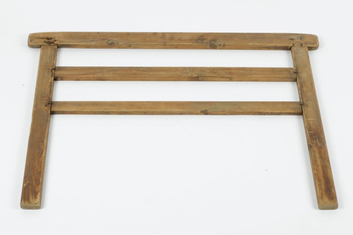 Teknikk: To vertikale trestykker, tappet inn i en horisontal overligger, festet med trenagler og 4 stifter begge steder
