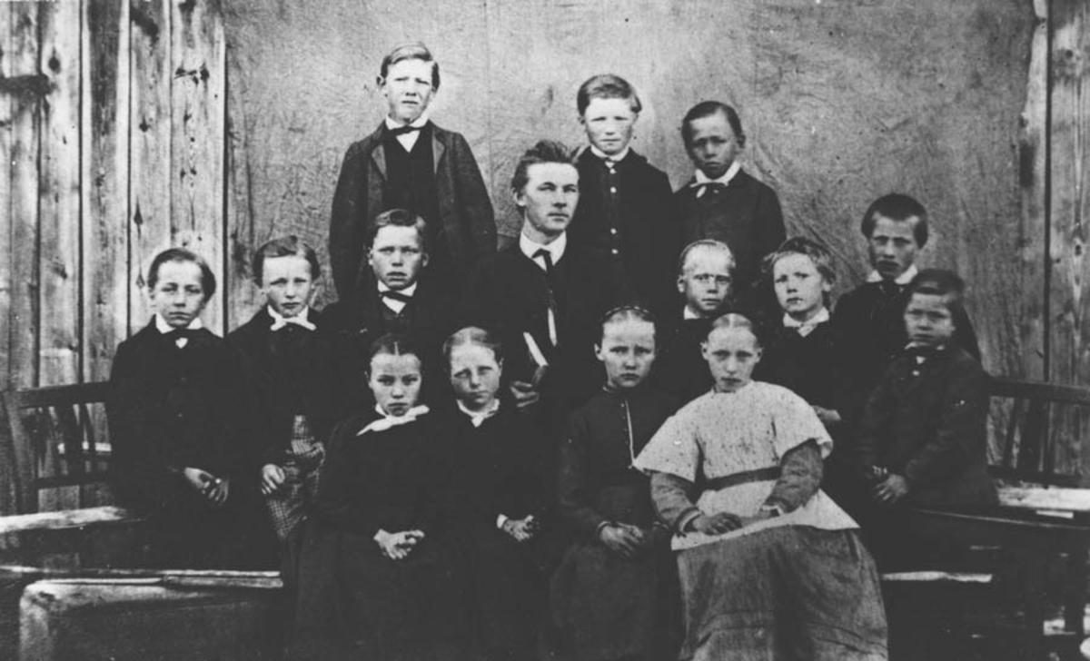 Elever og lærer i den eldste skolestua ved Gjedsjø skole