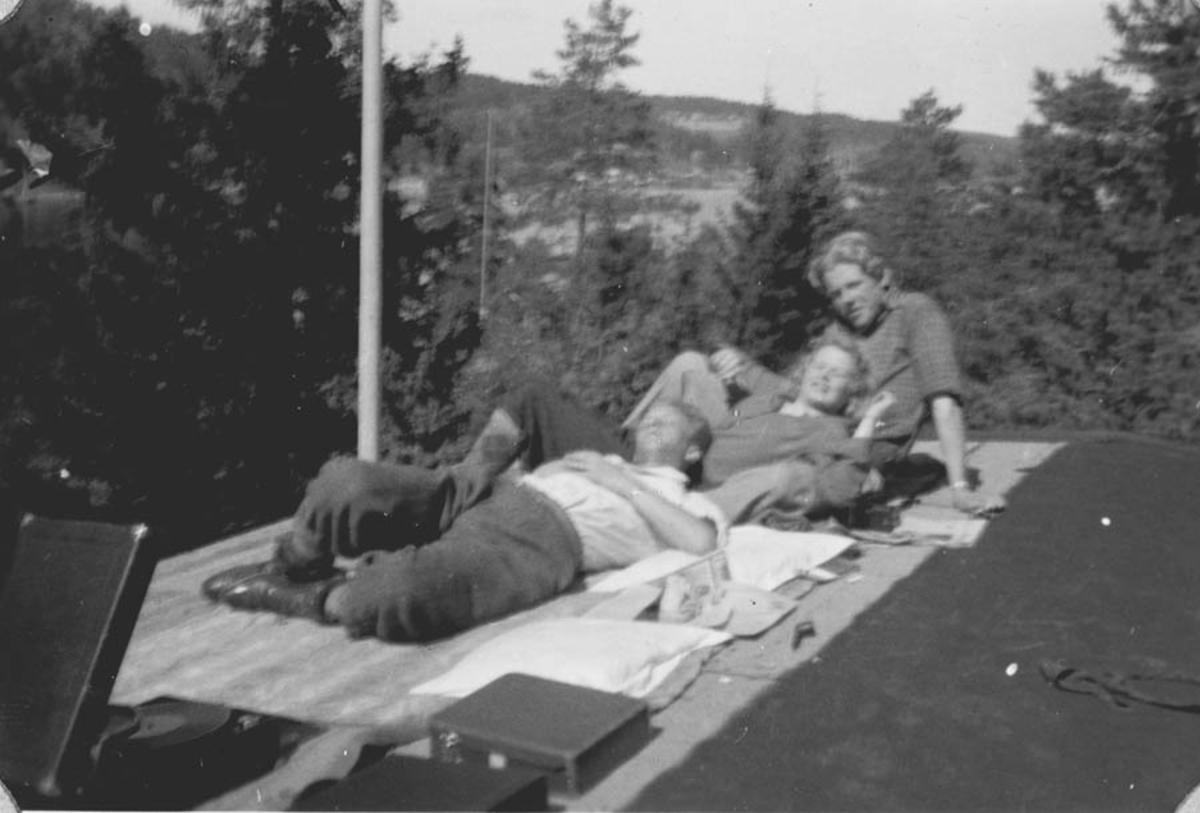 3 ungdommer på tur med platespiller