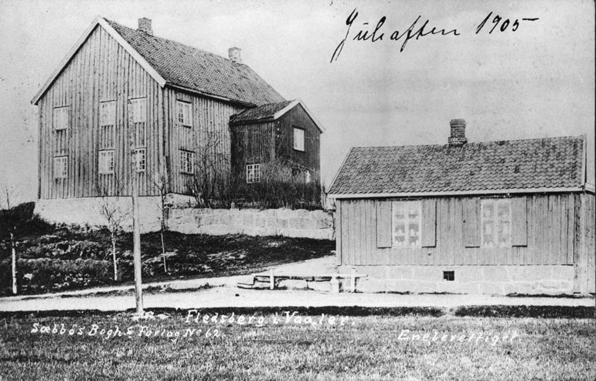 To trebygninger.  Fledsberg i Vaaler.