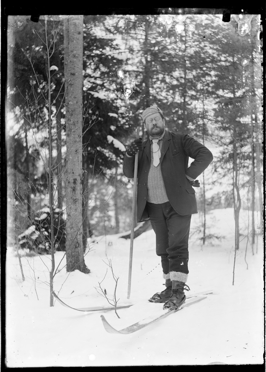 F.Grann-Meyer ute på ski i skogen.