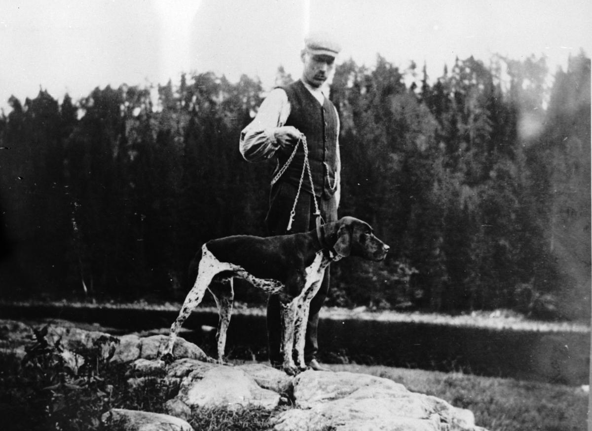 Andreas Tangen f.1878 med hunden til banksjef Nicolaysen i Oslo