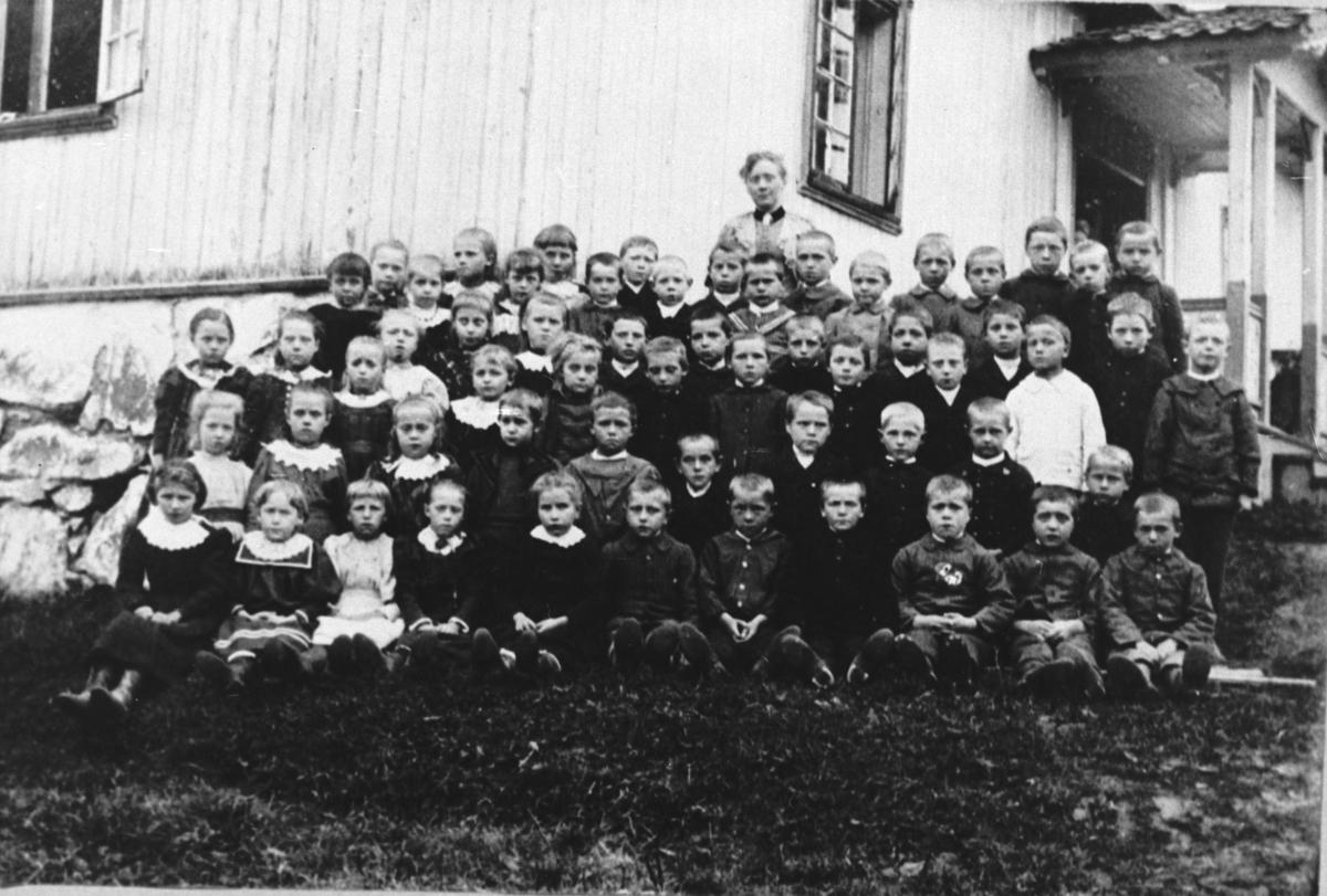 Skolebilde fra Hammer skole.Lærerinne Henriette Amalie Meyer.