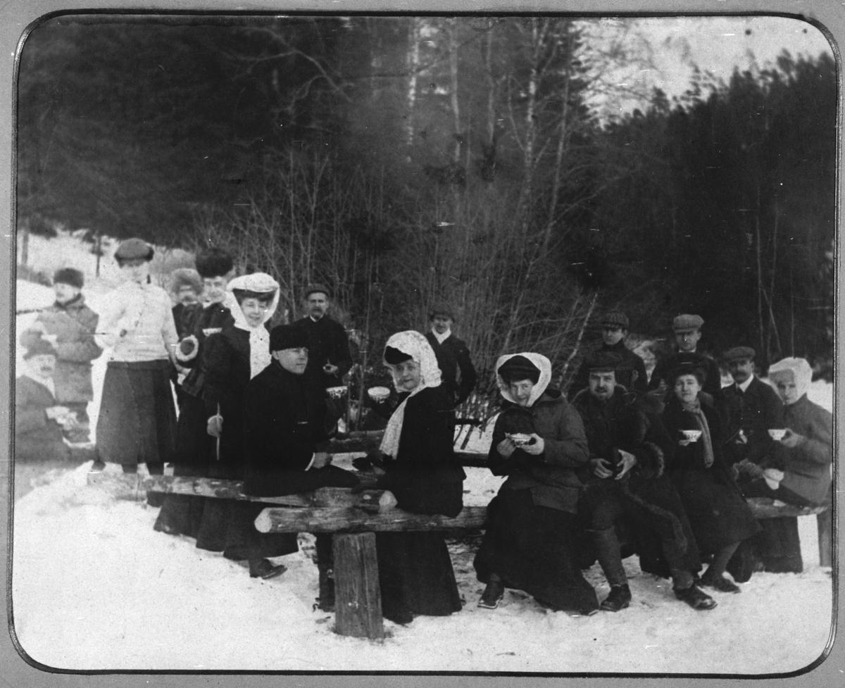 Kvinner og menn på skogstur ved Gjertrudskogen.