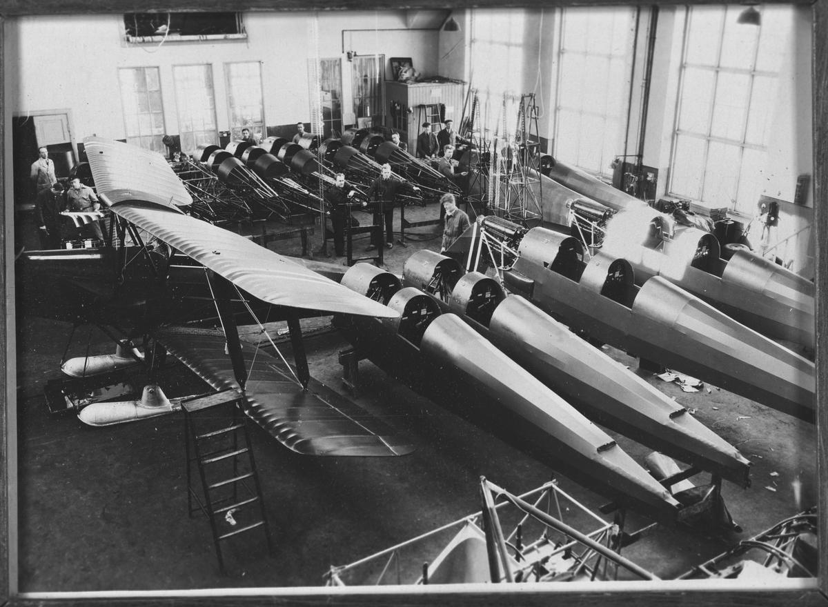Fra produksjonen av fly på Kjeller flyfabrikk.