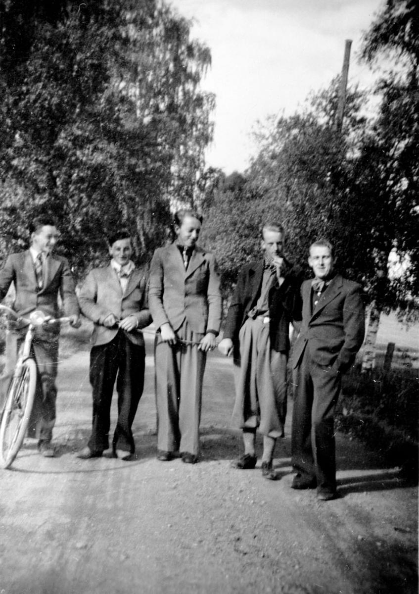 Helt til høyre er Alf Prøysen, han var røkter på Lodding.