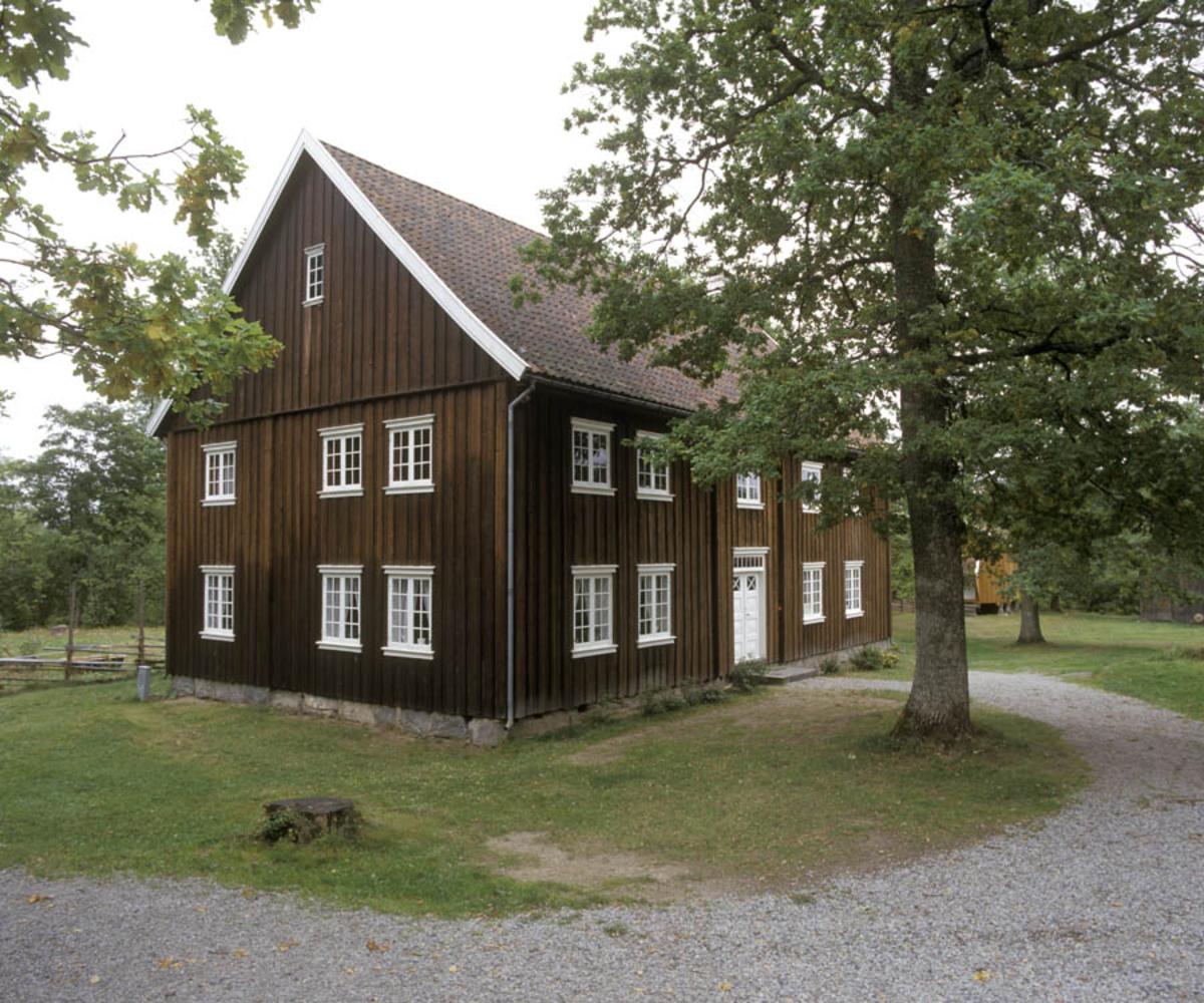 Follo museum, Børsum huset. Eksteriør. Vei og tre rundt.