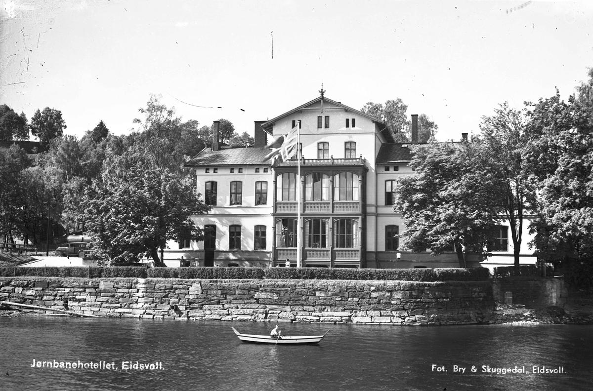 Eidsvoll stasjon og Jernbanehotell med elven helt inntil.