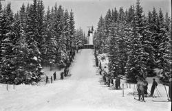 """Hopprenn på ski. """"Romerike Fylkesskole"""" står på banneret ove"""