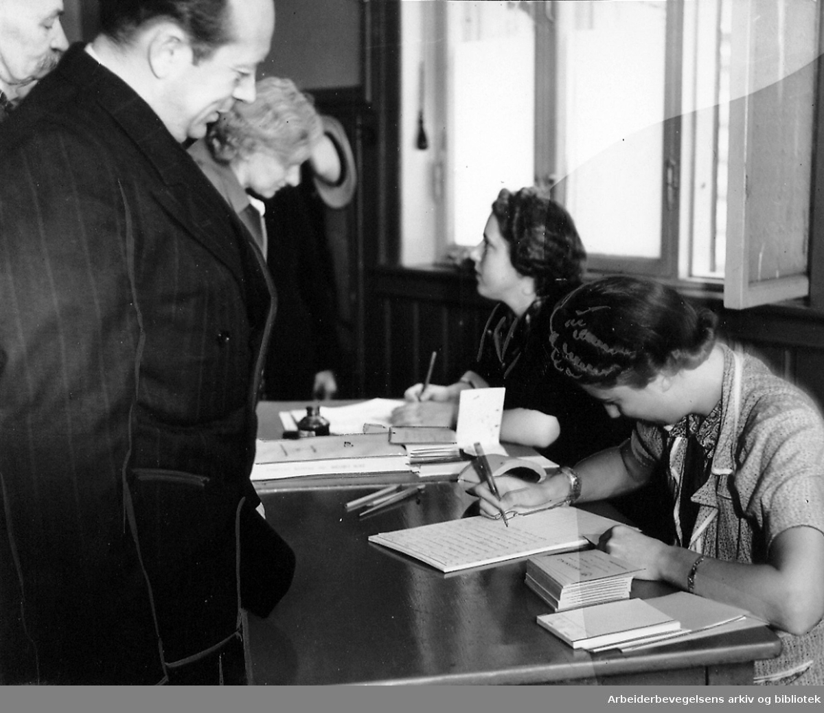 Rasjoneringskortene blir kontrollert,.september 1939.