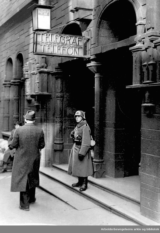 Tysk vaktsoldat utenfor Telegrafens hovedkontor i Prinsens gate i Oslo, .april 1940