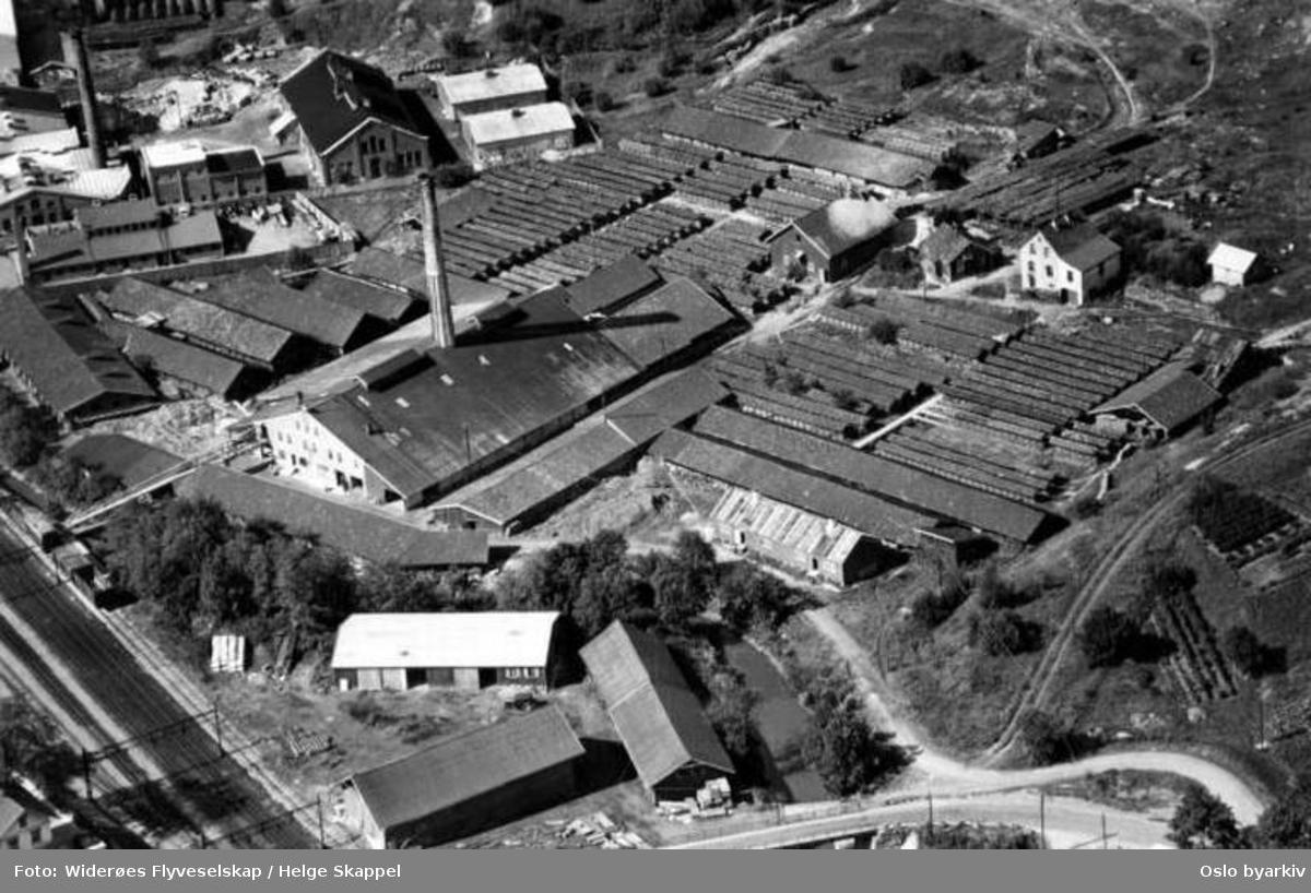 Tvetenveien 54, Hovedbanen og den gamle Tvetenbrua i nedre bildekant (Flyfoto)