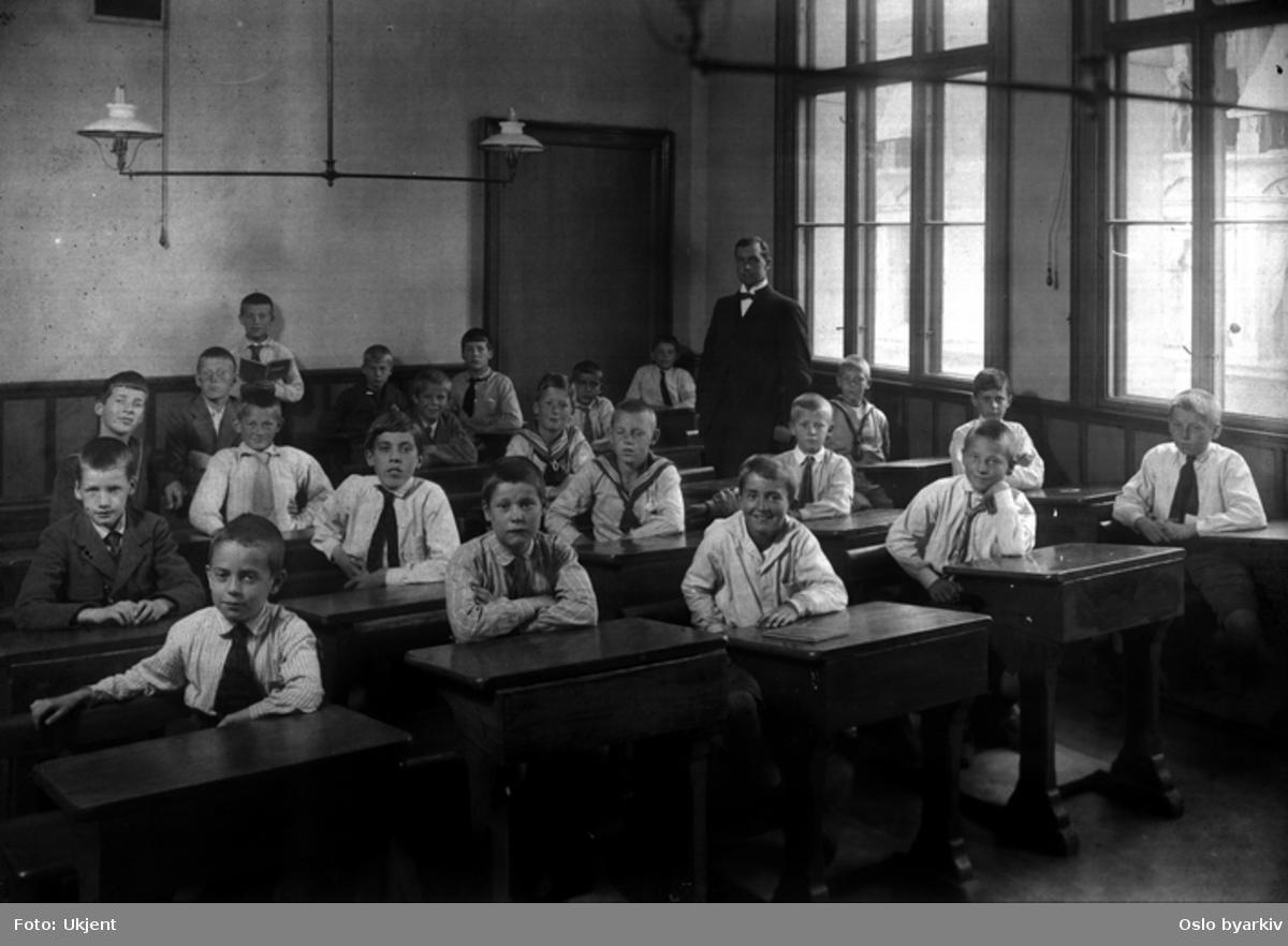 Gutteklasse med deres lærer. Forberedelsesskolen. Klassebilde.
