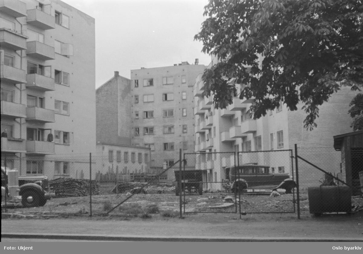 Bakgårdsmiljø med biler i Balders gate. Frederik Stangs gate 39 til høyre.