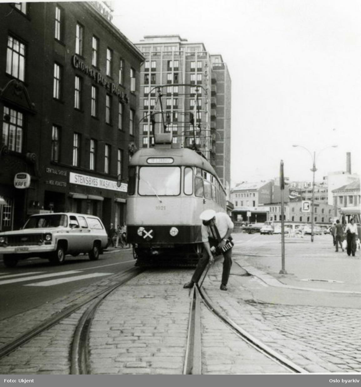 Ekebergbanen. Motorvogn 1021 penses inn i sporsløyfe 2 på Jernbanetorget ca. 1971-73 . Hotell Viking og Nygata i bakgrunnen. Jernbanetorget 4 til venstre, bl.a. med kafe og Stensbyes Maskinforretning A/S.