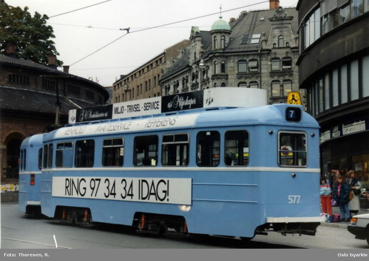 Oslo Sporveier. Høka tilhengervogn 577, linje 7, Ullevål-Hageby-Sinsen ved Kirkeristen, med reklame for AS Miljøskaper.