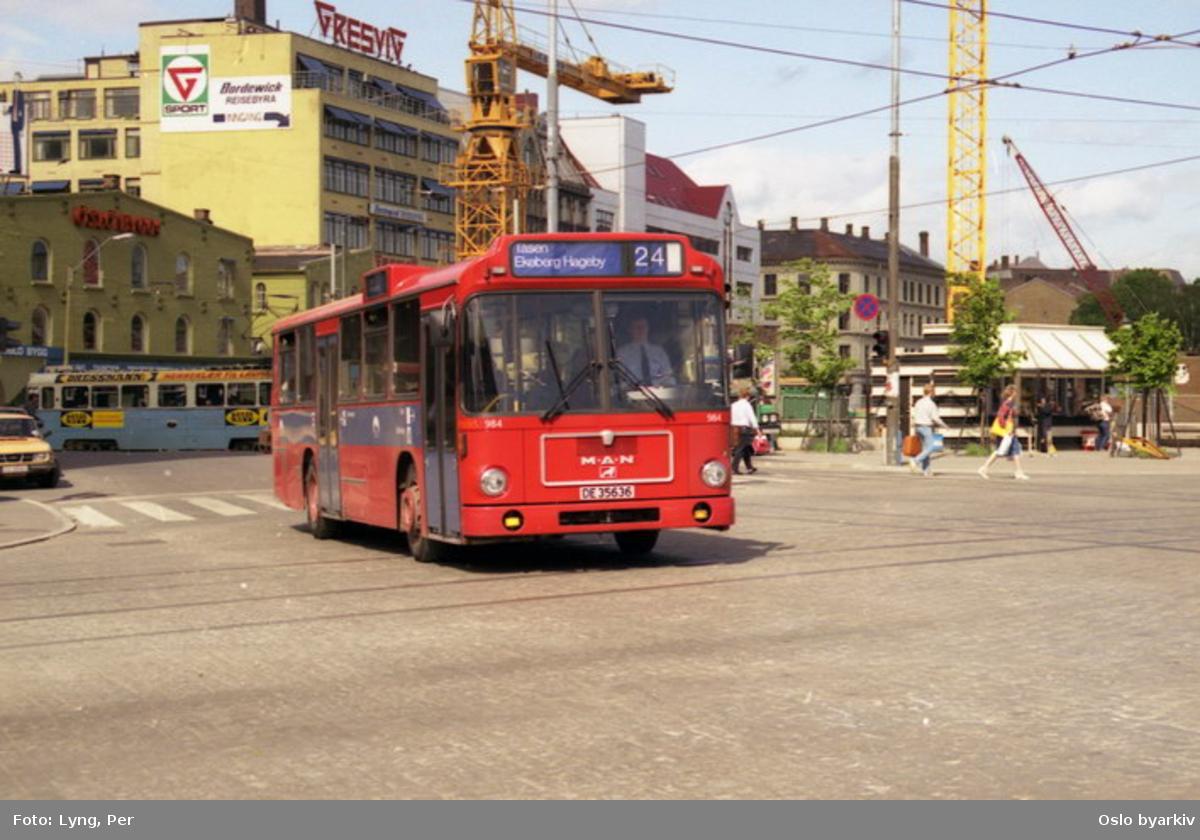 Oslo Sporveier. Buss 984 linje 24 ved Jernbanetorget. Bebyggelse langs Stenersgata bak. (Kjøpesenteret Oslo City påbegynt, heisekraner.)