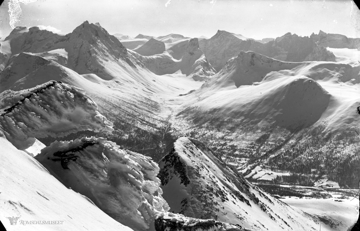 Vengedalen fra Klaua. Sneformasjoner i forgrunnen. Påsken 1936. .(NB: Bilde brukes kun etter avtale med E.Birkeland A/S).