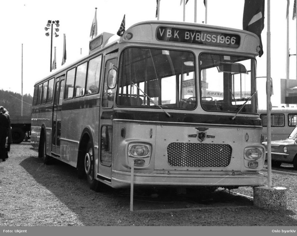 En av Vestfold Bil & Karosseris busser, Bybuss 1966. Flagg og banner på parkeringsplass.