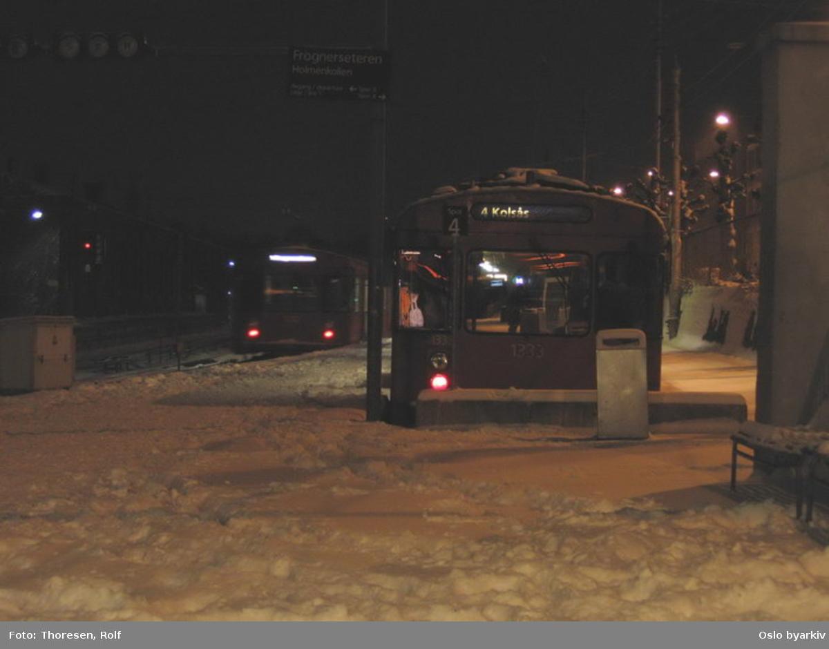 Oslo Sporveier. T-banevogn 1333, serie T6, til linje 4 i butt 4 ved Majorstuen stasjon. Mørke.
