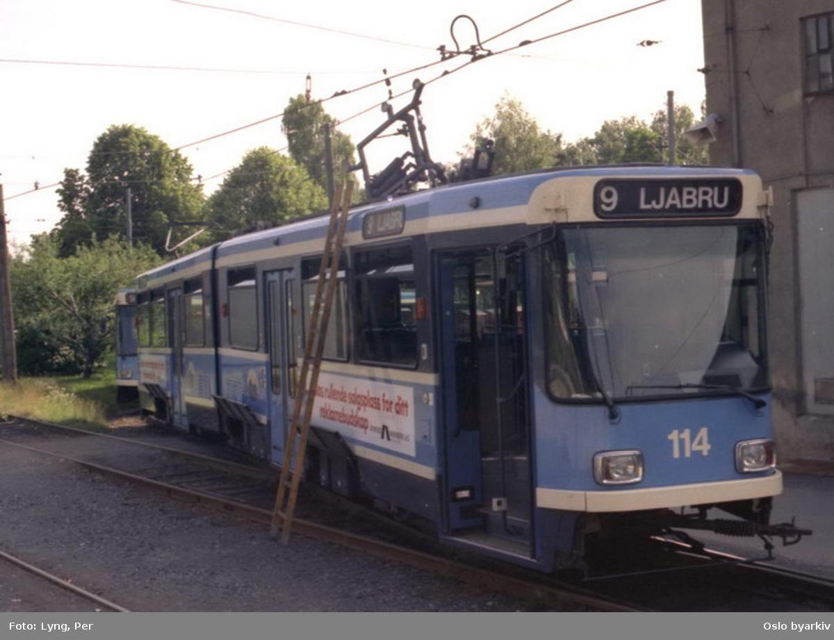 Oslo Sporveier. Trikk motorvogn 114 type SL79 linje 9 til Ljabru med ødelagt strømavtager ved vognhallen på Holtet.