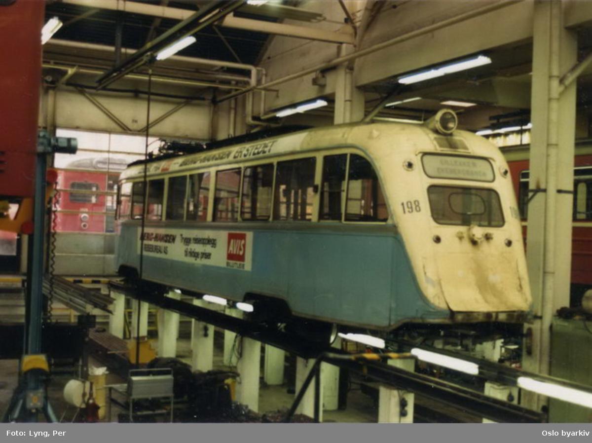 Oslo Sporveier. Trikk motorvogn 198 type Gullfisk B1 før transport til Japan (solgt til Kochi). Fra Ryen verksted.