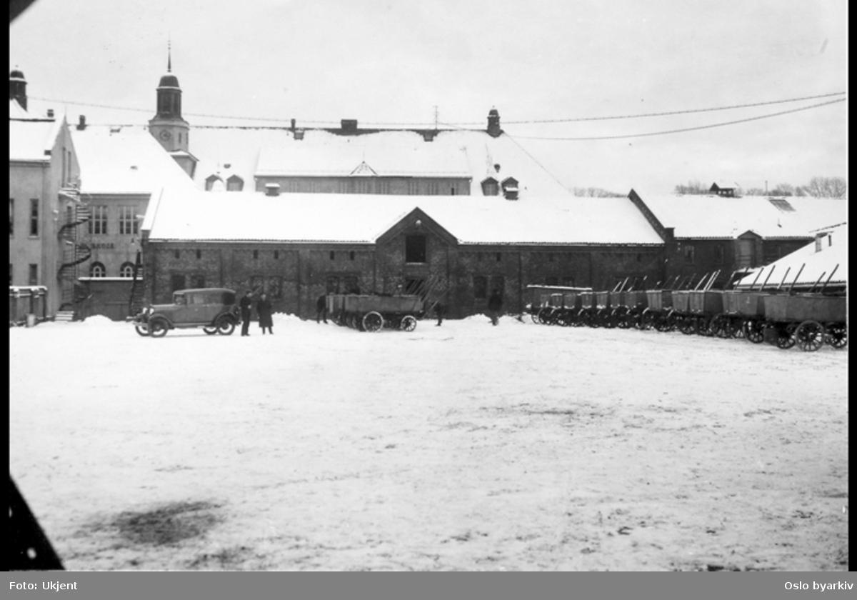 """Christiania Pudrettfabrikk, driftsbygning for Renholdsverket fra 1912. Pudrettvogner.Kilde: """"Ved renhold og orden skabes sundhed og liv. RAF 100 år"""" (Hegna, T og Messel, J (1995))"""