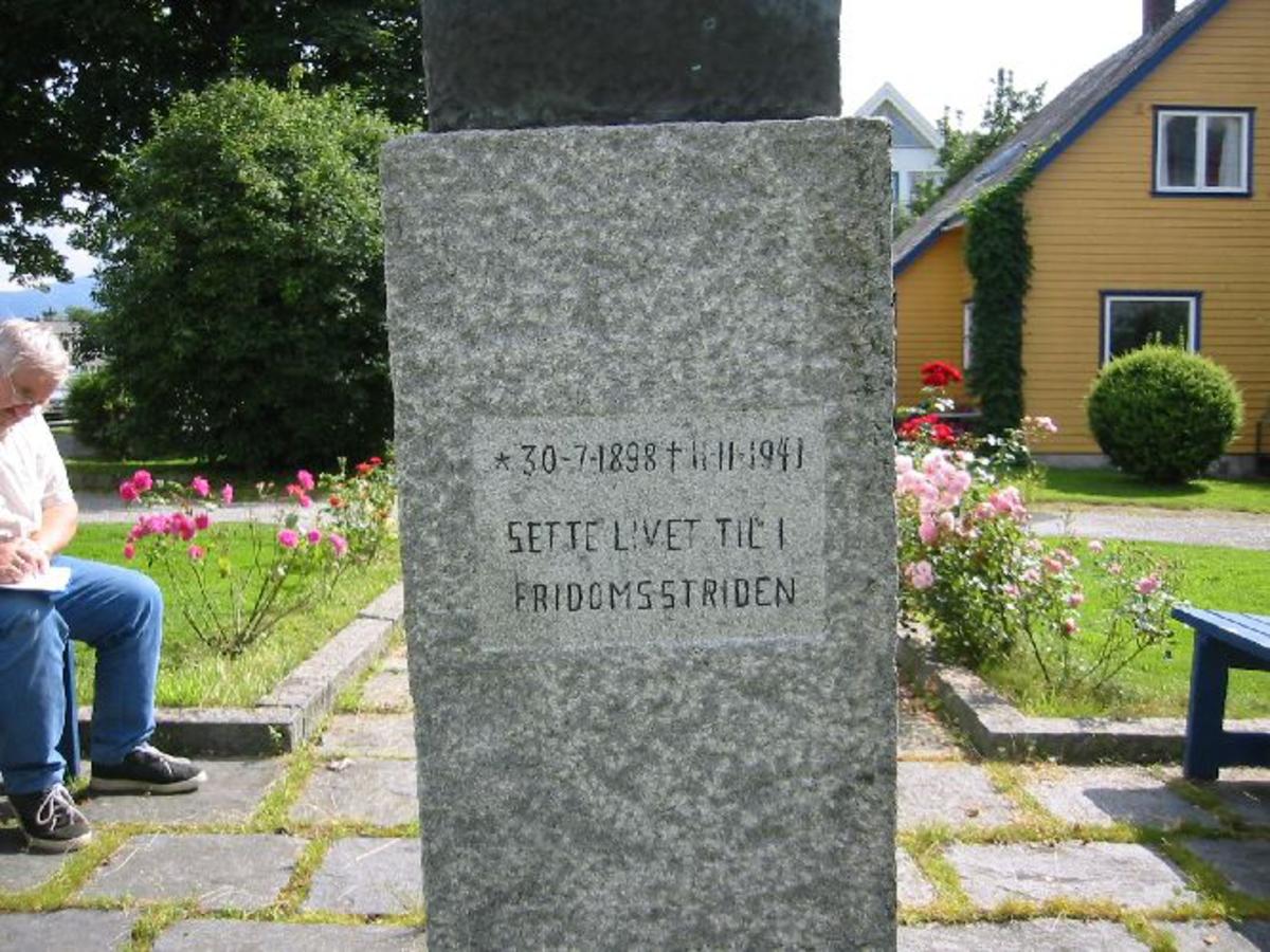 Byste i bronse oppå ein Granittsokkel. Sokkel H. 1,15 m. B. 0,45 m D. 0,40 m. Bysten 40 cm. høy