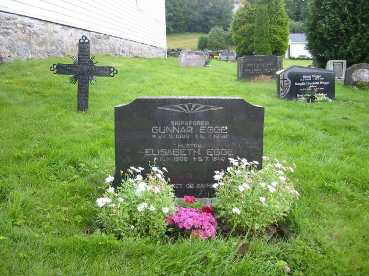 Vanlig gravstein h 0,60 b 0,90 d 0,20. Står ved siden av bautaen på Sørsiden av kyrkja.