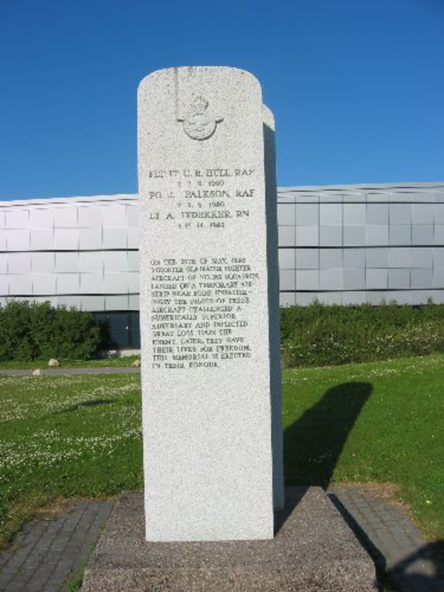 To granitt bautasteiner satt sammen med tekst på engelsk på den ene og på norsk på den andre.