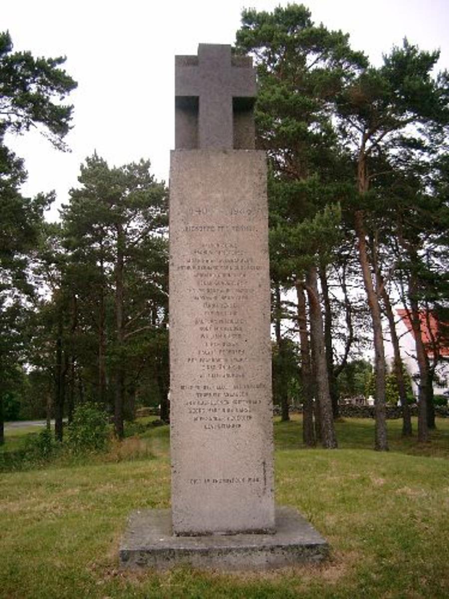 Bunnstenen og den midterste sten er utført i finhugget grå granitt . Toppstenen er utført i mørk syenitt med polerte kors på alle fire sider.