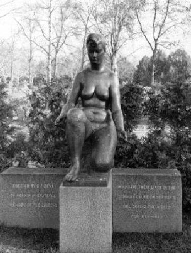Krigsminnesmerke Figurstatue, kvinne, knelende. Bronse. Høyde 147cm, bredde 40, dybde 94.