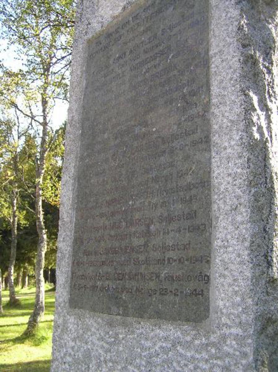 På gravlunden er det også grav- lagt tre engelske flygere bilde 1901-11-03,04, 05, 06 Kjøreanvisning: Sandtorg kirke ligger i Sørvik som igjen ligger ved vei 83 nord for Tjeldsundbrua. Kirka er ca 300 m fra veien, og ved å følge vei som går mot Storvannet og Kvæfjord finner en kirka.