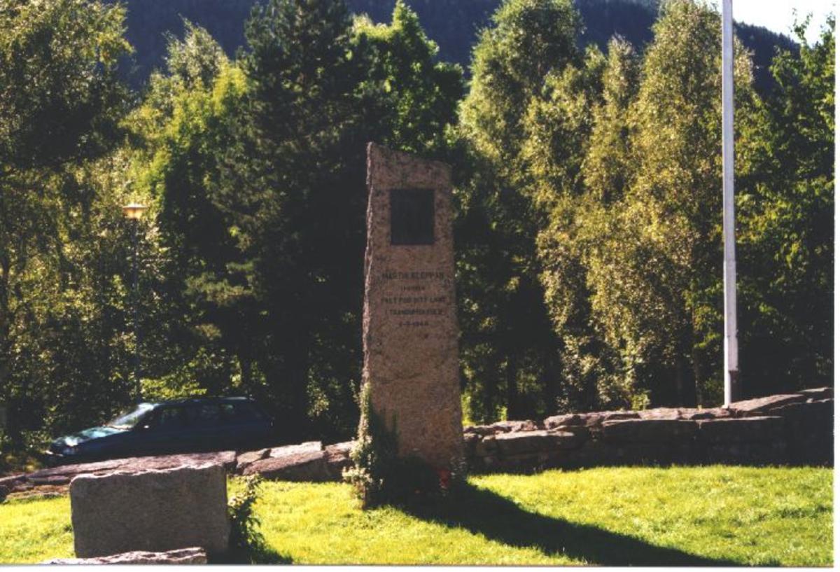Bauta laget i lys granitt med relief i bronse av ansiktet til Martin Kleppan