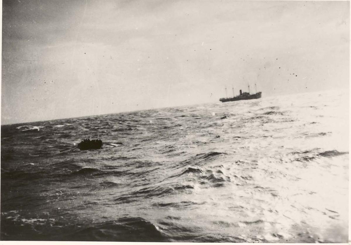 """Motiv: Livbåt fra D/S """"Mainz"""" på vei over til jageren DRAUG"""