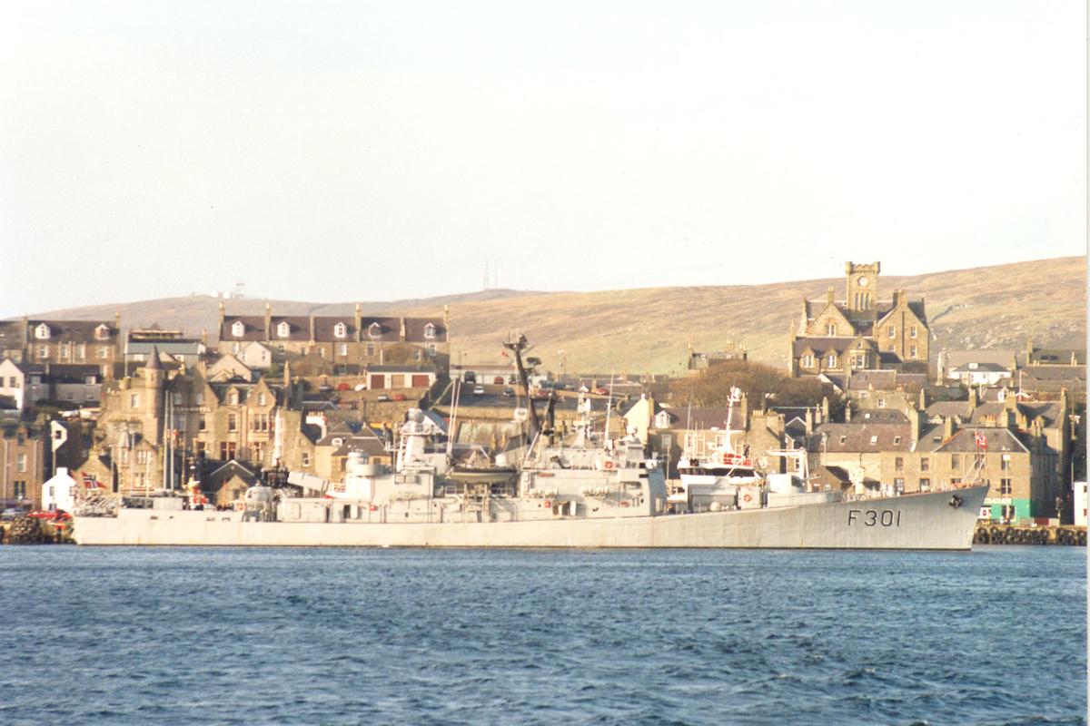 """Oslo-kl.fregatt KNM """"Bergen"""" ved kai i Leirwick (Leirwick Harbour), Shetland, sundag 15.10.2000.  St.bord bredside."""
