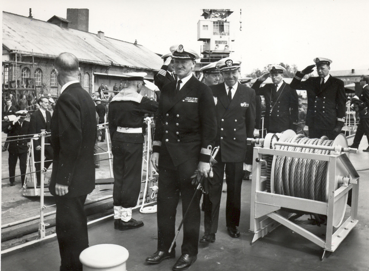 "Oslo-kl.- fregatt KNM ""Trondheim"" , kommandoheis 2. juni 1966, Karljohans vern/Horten Verft. Skipet inspiseres etter seremonien av div. befal."