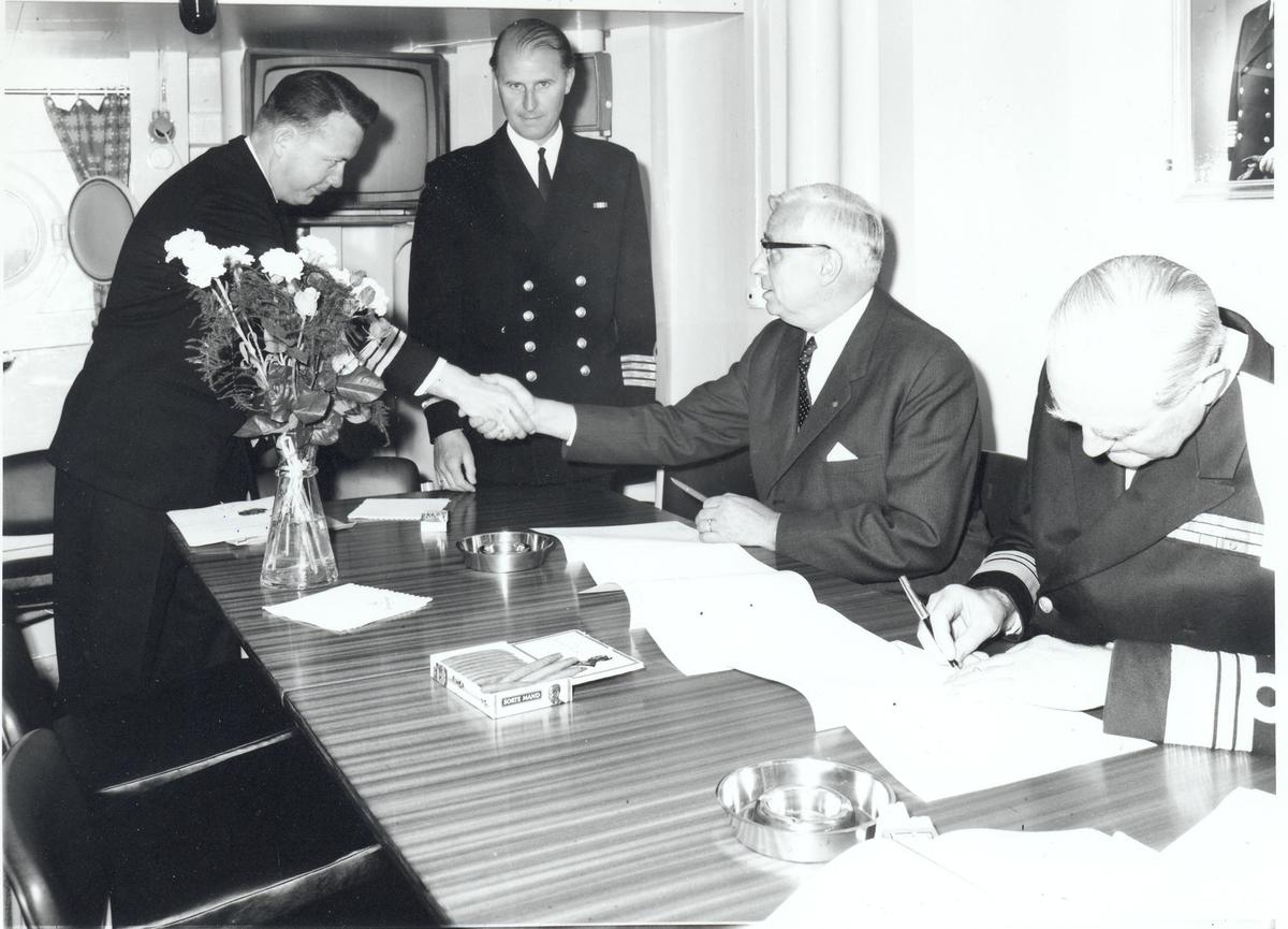"""Oslo-kl.fregatt KNM """"Narvik"""",  Overlevering og kommandoheis 30. november 1966. Papirer underskrives."""