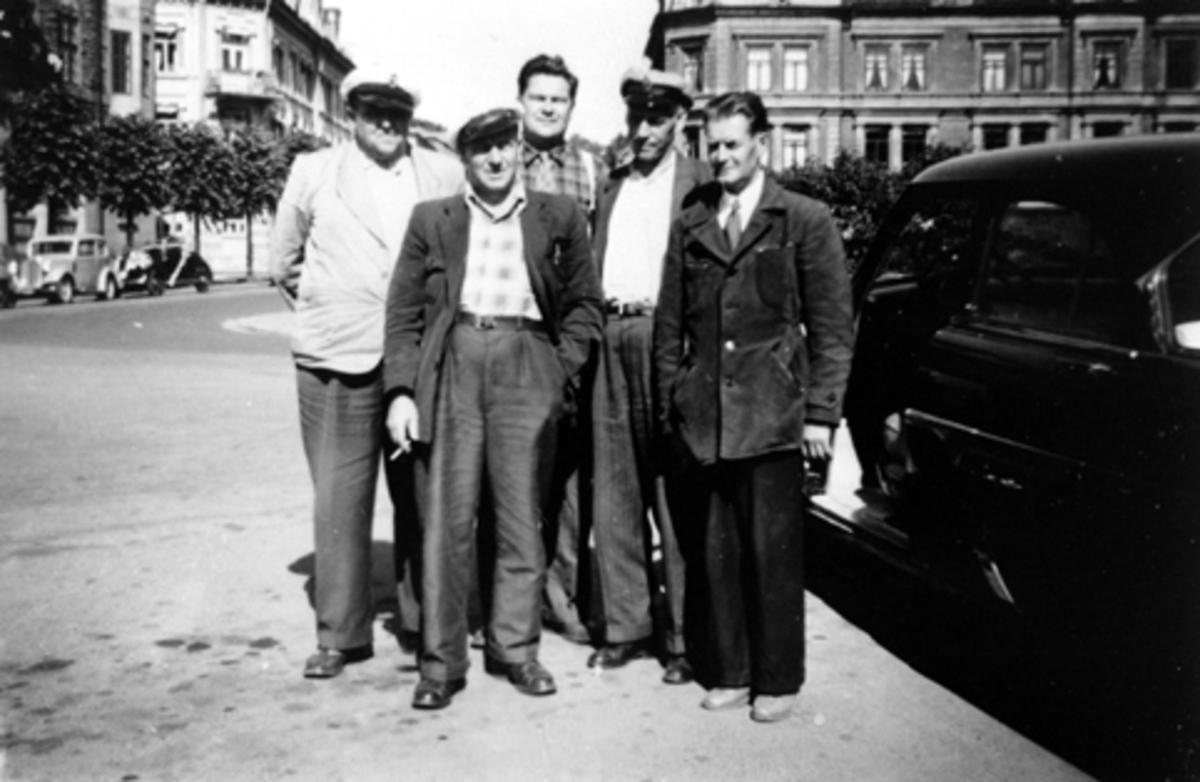 Hamar Taxisentral, drosje, jernbaneplassen, gr. 5 drosjesjåfører, f.v foran Erling Hansen, Paul Wang, Arvid Bratli. Bak f.v.  Ola Asplund, Olaf Ryen.