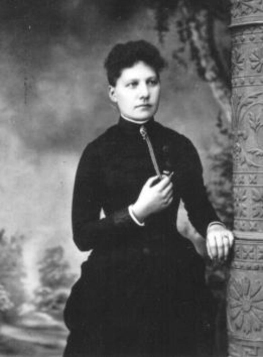 Portrett, Emma Rønningen, Helgøya. Reiste til Amerika i 1882.