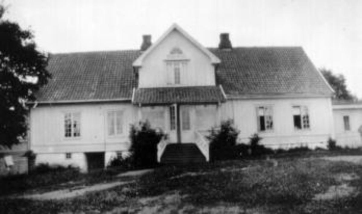 Inntunet på Eik, Helgøya, Hovedbygningen fra 1809 i front.