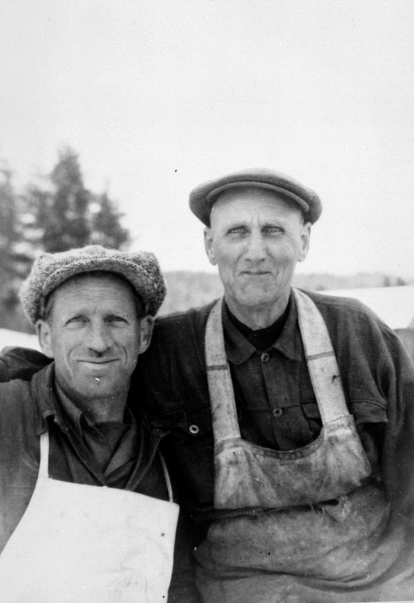 2 sagbruksarbeidere på Buvika sag, Næroset, Ringsaker. Erling Bye og Jørgen Olsen.