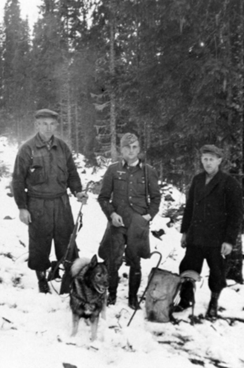 Nordmenn som los for tyskere på elgjakt i Furnes Almenning, Ringsaker. Fra venstre er Peder Haga, tysk offiser, Kristen Heggelund.